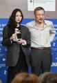 Kim Min-hee recibe un premio en el Festival Internacional de Cine de Berlín