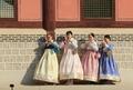 Jeunes filles en hanbok