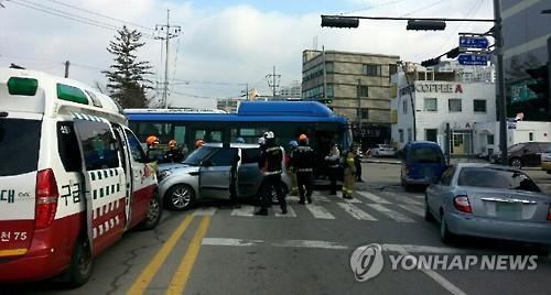 춘천서 신호위반 승용차 시내버스와 '쾅'…13명 부상