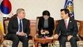 El presidente en funciones con el jefe del COI