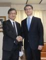 6カ国協議の韓米代表が握手