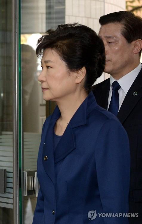 구속 갈림길서 판사 대면 앞둔 박근혜, 굳은 표정·침묵(종합)