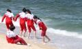 浜辺で遊ぶ北朝鮮選手