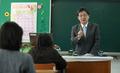 Yoo Seong-min devant des lycéens