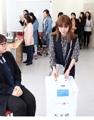 Esposas inmigrantes experimentan los procedimientos de votación