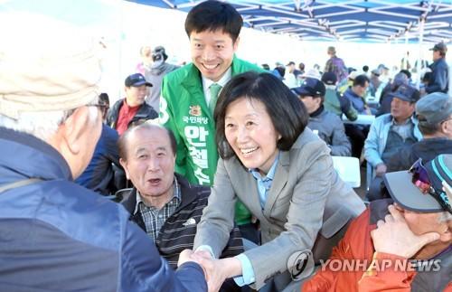 """부산고 동문행사장 찾은 김미경 교수 """"남편 잘 부탁해요"""""""