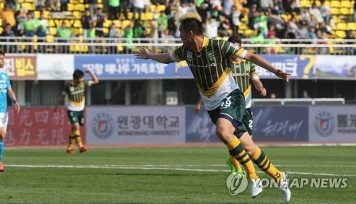 김신욱 쐐기골 전북, 포항에 2-0 완승…선두 탈환
