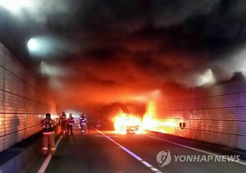 광안터널 달리던 승용차에 불…120여명 터널밖 긴급대피(종합)