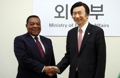 وزير الخارجية الكوري الجنوبي يلتقي مع نظيره التنزاني