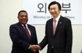 Chefs des diplomaties coréenne et tanzanienne