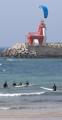 済州の海でサーフィン