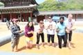Viajeros extranjeros disfrutan de un festival tradicional
