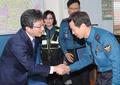 Yoo Seong-min avec des policiers