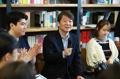 Ahn Cheol-soo avec des jeunes