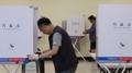 Trabajadores preparando las votaciones preliminares