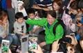 Ahn Cheol-soo avec des enfants