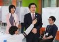 Hwang dans un bureau de vote