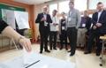 مراقبو الانتخابات يزورون مركز اقتراع للانتخابات الرئاسية بكوريا الجنوبية