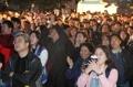 選挙速報見守るソウル市民