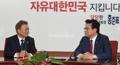 Moon conversa con el líder parlamentario del principal partido conservador