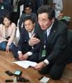 El designado como primer ministro se reúne con las familias de las víctimas del ferri Sewol