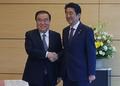 El enviado especial del presidente Moon con el primer ministro de Japón