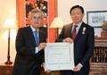 El presidente de Lotte recibe una condecoración del Rey de España