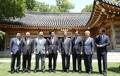 Moon con líderes de los partidos gobernante y opositores