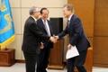 الرئيس مون يصافح المبعوث الخاص للكوريا الرومانية