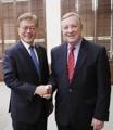 Moon se reúne con un senador de EE. UU.