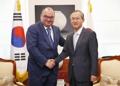 El vicecanciller surcoreano con el presidente de Tass