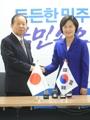 二階氏と韓国与党代表が握手