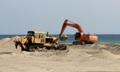 Reemplazando la arena de la playa para la apertura veraniega