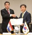 Firma del acuerdo de inscripción a la PNN de la agencia de noticias de Paraguay