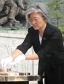 国立墓地で焼香する新外相