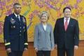 Kang Kyung-wha y el embajador en funciones de EE. UU.