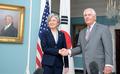 La canciller surcoreana con el secretario de Estado estadounidense