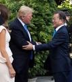 Primer apretón de manos de Moon y Trump