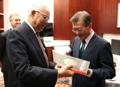 Moon recibe un libro de Powell