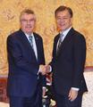 IOC会長と文大統領が会談
