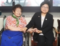 La ministra de igualdad de género visita a una 'mujer de consuelo'
