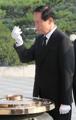 新国防相が国立墓地を参拝