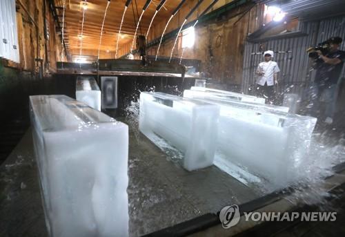 """[르포] """"얼음 공장에 여름휴가는 없다""""…폭염에 수요 급증"""