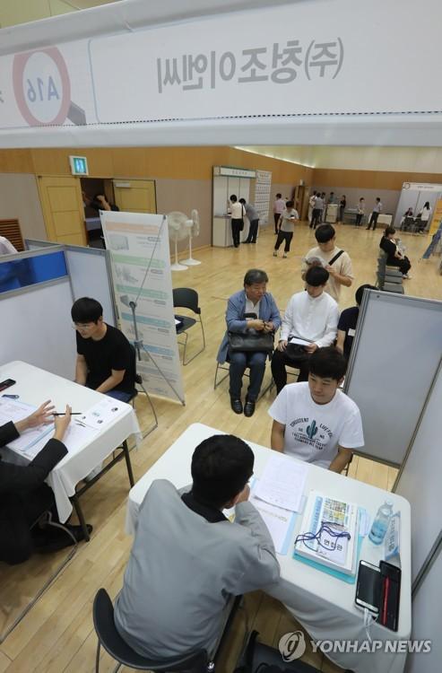 OECD 청년 고용률 올해 들어 상승세…한국은 하락