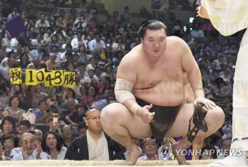 몽골출신 스모선수 하쿠호, 역대 최다승에 日 '후끈'