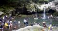 Jugando en el agua en medio del intenso calor