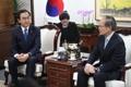 意見交わす新統一相と日本大使