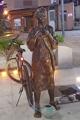 自転車つながれた少女像