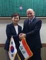 وزيرة الأراضي والبنية التحتية والنقل تجتمع مع السفير العراقي