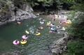 天然のプールで水遊び